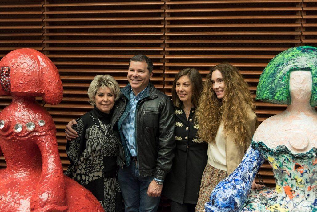 Pedro Sandoval ,artista colaborador con piezas en subasta actualmente, acompañado de Blanca Thyssen, entre otras, escoltadas por dos de las meninas.