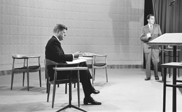Imágenes del debate entre John Kennedy y Nixon. Keneddy sentado en la famosa  «The round chair» de Hans J. Wegner.