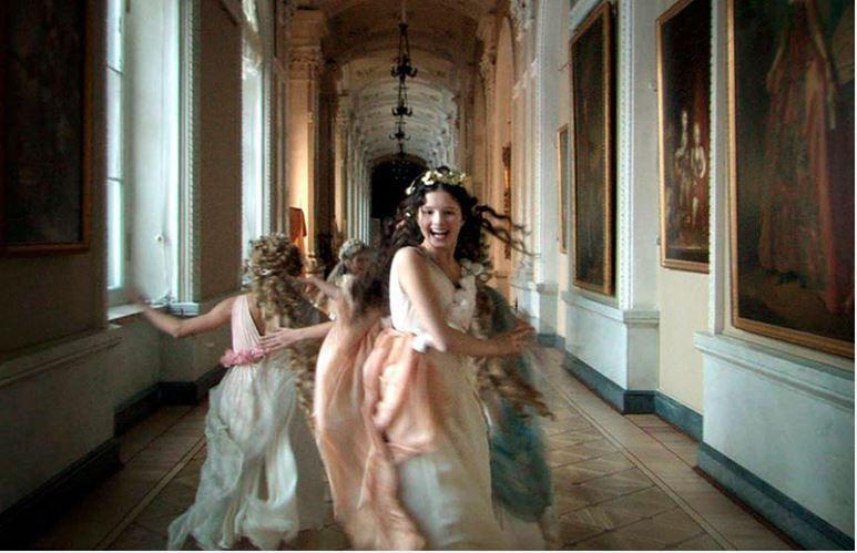 """Alexandr Sokurov nos traslada al Hermitage de San Petersburgo a través de un solo plano secuencia, en """"El Arca Rusa"""". 2008"""