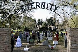 """La entrada al cementerio del artista Cattelan en Palermo, """"Eternity""""."""